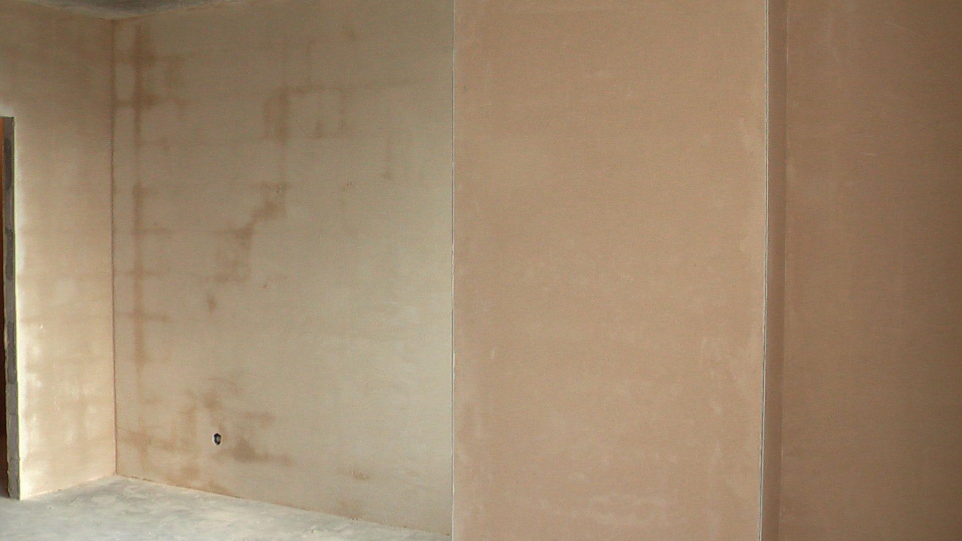 Нужно ли штукатурить стены перед поклейкой обоев